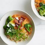 Боул с рисом, брокколи, беконом и варёным яйцом