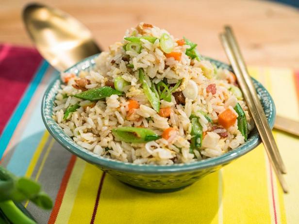 Фото Жареный рис с беконом и яичницей