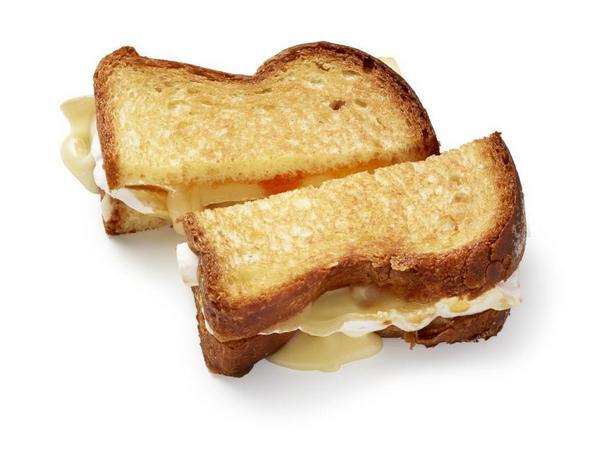 Тост с сыром бри и абрикосовым вареньем