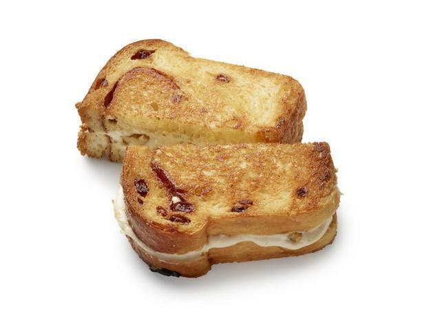 Сырный тост с изюмом и грецким орехом