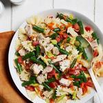 Летний салат с тунцом и макаронами