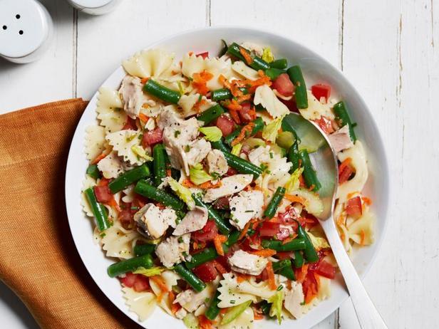 Фото Летний салат с тунцом и макаронами