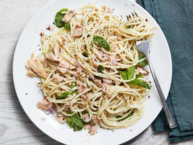 Спагетти с тунцом и мятой