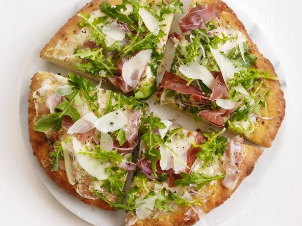 Фото Пицца с руколой и прошутто