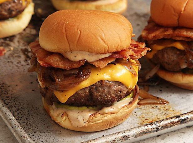 Фото Идеальные чизбургеры с беконом
