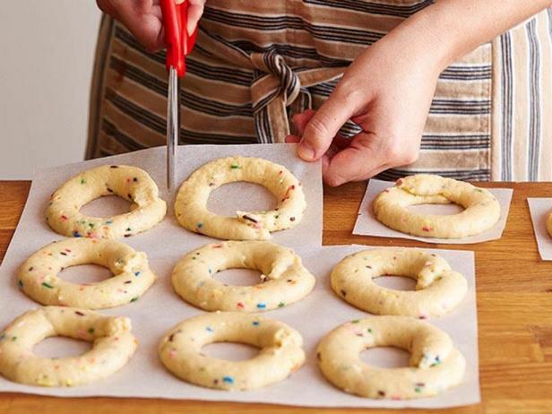 Разрежьте бумагу вокруг пончиков