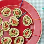 Под силу детям: Роллы с индейкой, сливочным сыром и базиликом на палочках