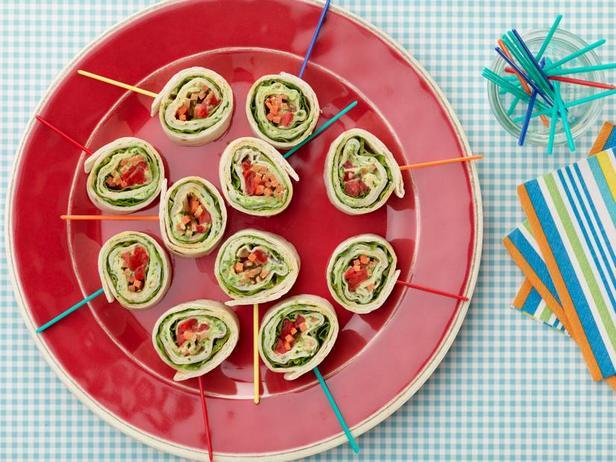 Фото Под силу детям: Роллы с индейкой, сливочным сыром и базиликом на палочках