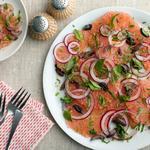 Салат из грейпфрута, сладкого лука и базилика