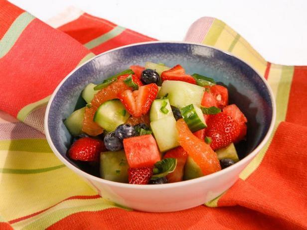 Фото Фруктовый салат с базиликом и халапеньо