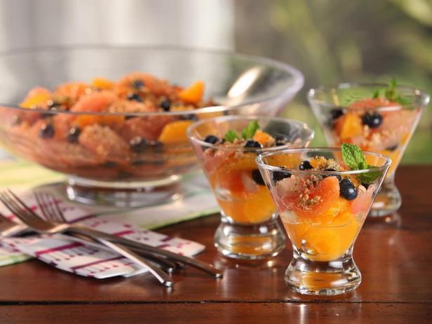 Цитрусово-черничный салат с миндально-мятным сахаром