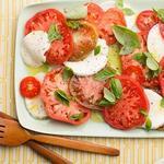 Салат «Капрезе» с сыром моцареллой и оливковым маслом
