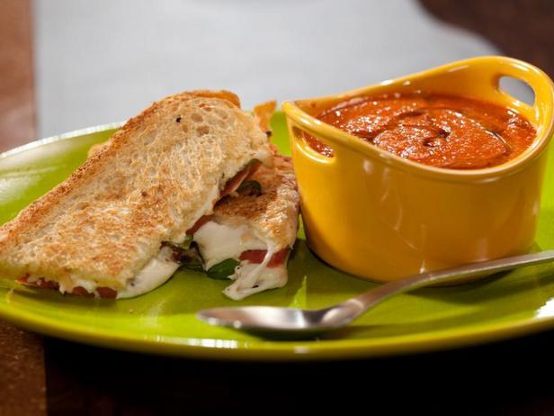 Фото Томатный суп с печёными перцами и панини с помидорами и копчёной моцареллой