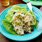 Летний салат с курицей и черникой