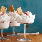 Летний десерт из клубники и взбитых сливок