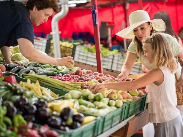 Мама с дочькой на фермерском рынке