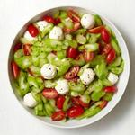 Салат из помидоров, моцареллы и сельдерея