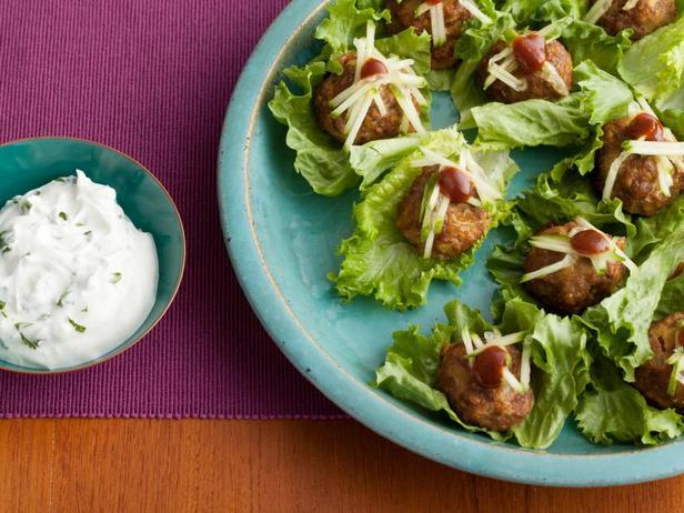 Фото Фрикадельки тандури с йогуртовым соусом с кинзой