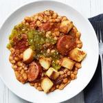 Колбаса с фасолью на сковороде