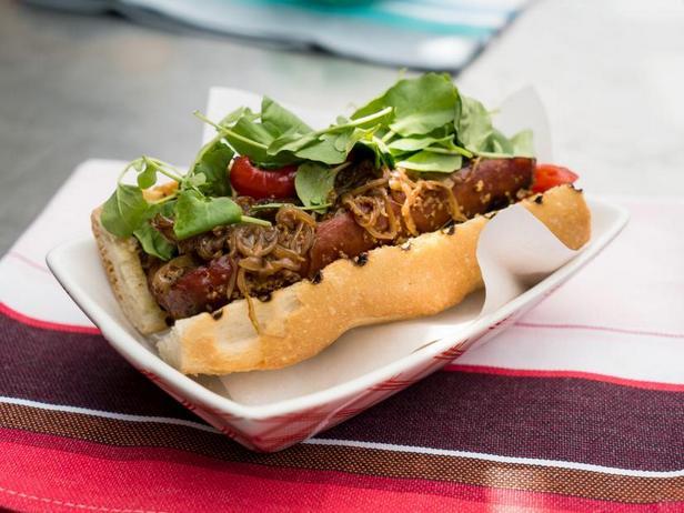 Фото Острый хот-дог с копчёной колбасой и луковым мармеладом