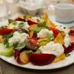 Салат «Капрезе» со сливами