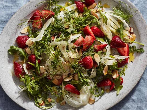Салат с фенхелем, руколой и клубникой
