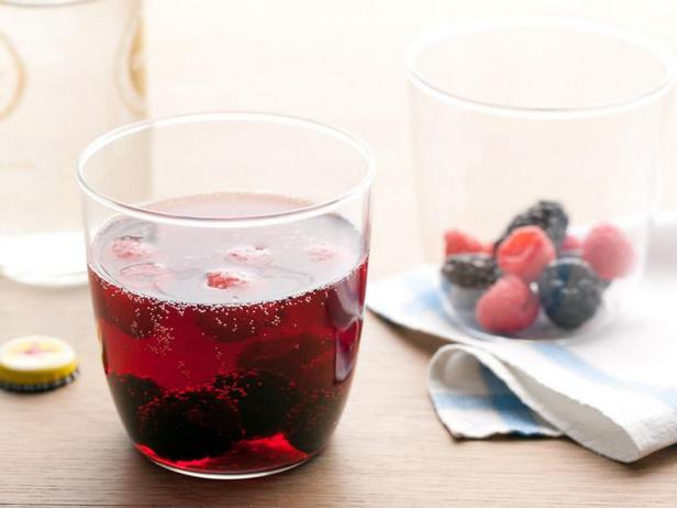 Фото Шприцер из красного вина