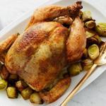 Курица, фаршированная под кожу сливочным маслом с матча и гарнир из лука-порея