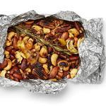 Пряные орехи в фольге на гриле