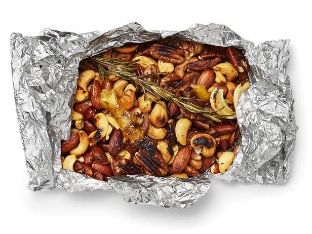 Фото Пряные орехи в фольге на гриле