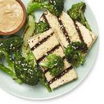 Тофу и брокколи на гриле с арахисовым соусом