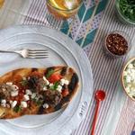 Лепёшки с томатным соусом и фрикадельками из баранины на гриле