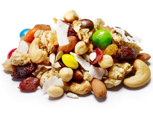 Фото Смесь сухофруктов и орехов с овсяными хлопьями в медовой глазури