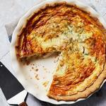 Сырный киш с луком и курицей