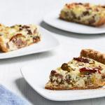 Киш с жареной колбасой, моцареллой и маринованными перцами чили