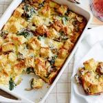 Хлебная запеканка со шпинатом, грибами и сыром для завтрака