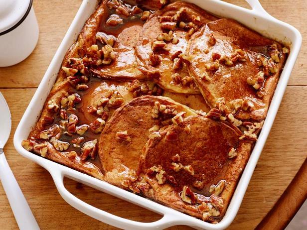 Фото Запеканка из панкейков с корицей и пеканом для завтрака