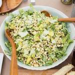 Салат из авокадо и жареной кукурузы в заправке «Зелёная богиня»