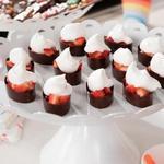 Шоколадные чаши с клубникой