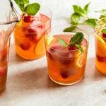 Игристый пунш с Москато и розовым лимонадом