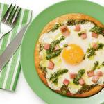 Зелёная пицца с ветчиной и яичницей