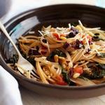 Цельнозерновые спагетти с мангольдом и сыром пекорино