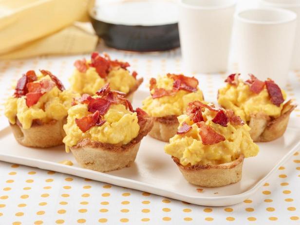 Фото Хлебные тарталетки с яичницей, беконом и сыром