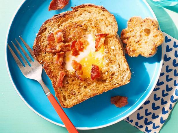 Под силу детям: Яичница в окошке с сыром и беконом