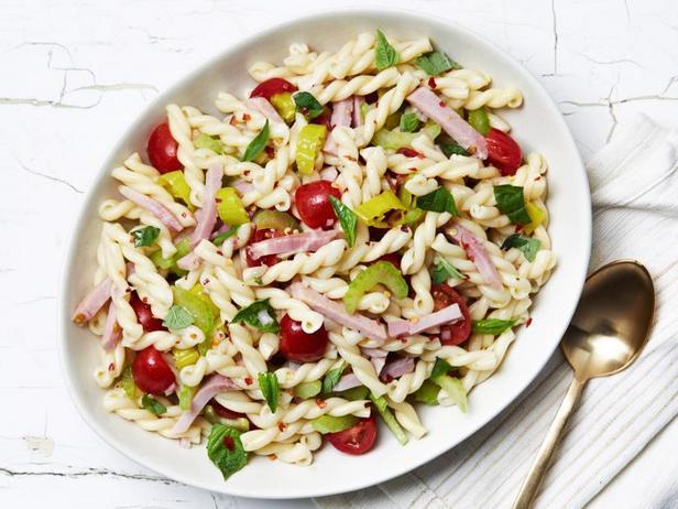 Салат с макаронами, ветчиной и маринованными перцами