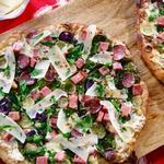 Пицца с ветчиной, шпинатом и картофелем