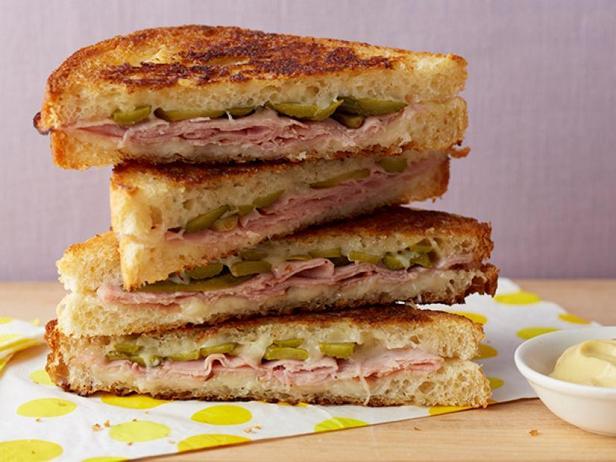Фото Чесночный горячий сэндвич с ветчиной и швейцарским сыром