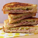 Чесночный горячий сэндвич с ветчиной и швейцарским сыром