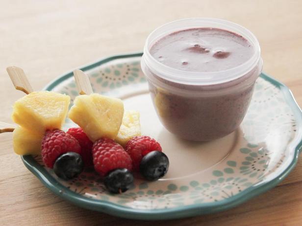 Фото Фруктовые мини-шашлычки с чернично-йогуртовым дип-соусом