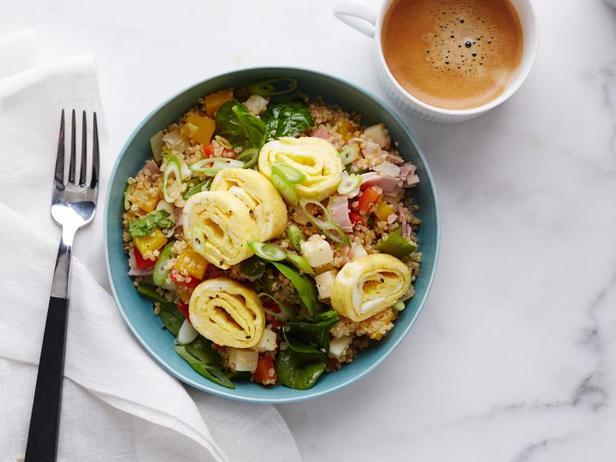Фото Яичные рулетики и салат с киноа, ветчиной и сладкими перцами к завтраку